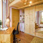 Nábytok z masívneho dreva a vstavané skrine s drevodekorom zapadajú do prírodného štýlu interiéru.