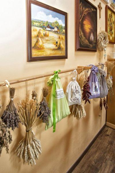 Liečivé bylinky z vlastnej záhradky pani domáca suší zavesené na tyči v dômyselnej sušiarni vybudovanej v chodbičke v podkrovnom priestore.