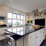 Nanovo zariadená kuchyňa so všetkým komfortom súčasnosti sa inšpirovala dobou vzniku Arts and Crafts. Stephanie však dbala, aby sa v interiéri objavilo niekoľko celkom súčasných kusov nábytku a doplnkov od významných dizajnérov.