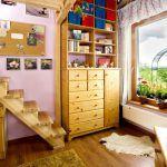 Vysoké stropy poskytli priestor na vytvorenie poschodia v detských izbách. Slúži na spanie, dole sa uvoľnilo miesto na hranie a ďalšie činnosti.