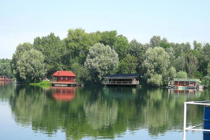 Houseboat na Jaroveckom ramene Dunaja od architektov z ateliéru Rules je navrhnutý podľa princípov pasívneho domu. Jedným z nich je aj kombinovanie viacerých funkcií v jednom prvku. Fotovoltické panely dokážu po celý rok zásobovať dom dostatkom elektrickej energie. Jej prebytky sa uchovávajú v akumulačných batériách. Okrem toho je veľká platňa panelov navrhnutá tak, aby v lete vytvárala tieň a ochranu terasy pred dažďom, ale v zime prepustila maximum slnka do interiéru. Na vykurovanie aj chladenie sa využíva voda. Svojím vzhľadom objekt síce jednoznačne poukazuje na nové trendy a smerovanie architektúry, ale napriek tomu nepôsobí rušivo. Momentálne je v štádiu realizácie.