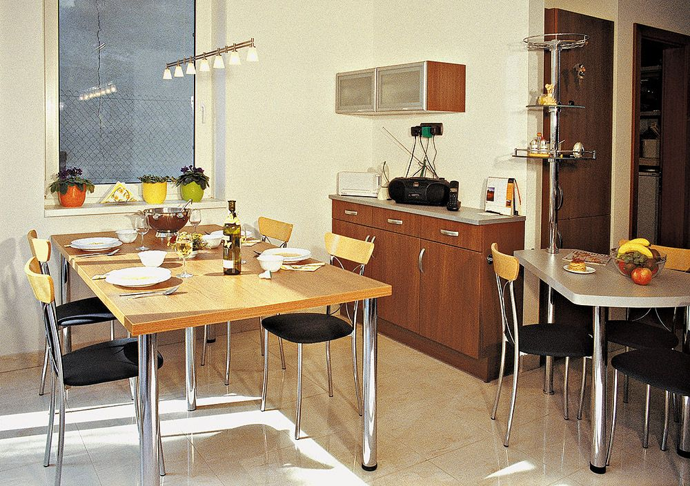 Kuchyňa má na prízemí svoj vlastný priestor, ale s obývacou halou je vo vizuálnom kontakte cez zasklené steny átria.