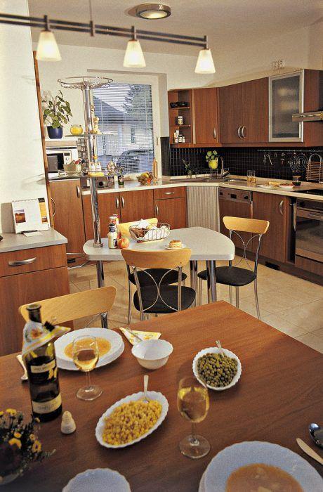Vo veľkej a technicky dokonale vybavenej kuchyni je radosť variť. Najesť sa možno pri malom stolíku v blízkosti linky alebo pohodlnejšie pri stole v jedálenskom kúte hneď vedľa zasklenej steny átria.