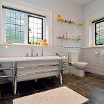 Rodinná kúpeľňa na skok od detských izieb vznikla prepojením pôvodne dvoch menších miestností.