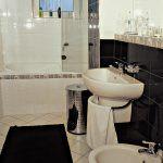 Jedna z dvoch kúpeľní na poschodí domu. Elegantná a plne vybavená kúpeľňa je umiestnená prakticky – v blízkosti spální.