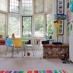 Pestrá farebnosť detských izieb úplne postačila, aby zaplnila priestor. Nábytkom sa zámerne šetrilo. Stoličky Jackpot z deväťvrstvovej ohýbanej preglejky reprezentujú škandinávsky dizajn.