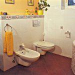 Kúpeľňa na prízemí farebne nadväzuje na obývačku. Veľmi pekné je spojenie veľkoformátovej dlažby a obkladu s plochami mozaiky v príbuznej farebnej kombinácii. Okrem vírivej vane je tu aj praktický sprchovací kút.