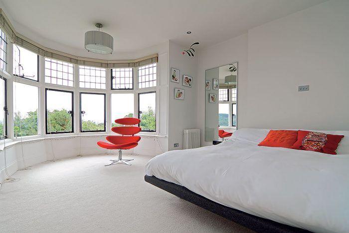 Výhľad z okna spríjemňuje Corona Chair, ktorú navrhol v roku 1964 Poul M. Volther. Vyrába sa doteraz vo firme Erika Jørgensena. V priestore sa vznáša najznámejšia inštalácia Flowing Rhytm zo série Flensted Mobiler. Stephanie dokonale skombinovala jej tvar s dizajnom červeného kresla.