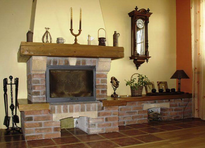 Tehlový kozub je v rustikálnom interiéri nevyhnutnosť.
