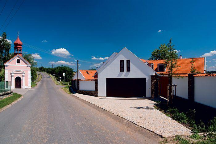 Realizovaná stavba sa spolu s kaplnkou nachádza v centre obce na tunajšom komunikačnom uzle.