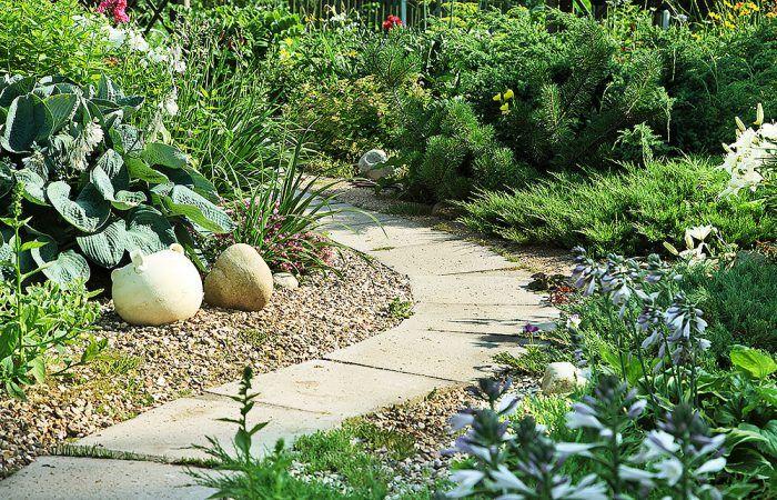 Skúste návštevníka povodiť po vašej záhradke vďaka kľukatej cestičke.