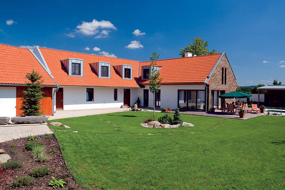 Stavba kombinuje rôzne materiály a prvky, ktoré sa v celom komplexe opakujú. Moderne sa javí veľké francúzske okno umožňujúce vstup na terasu. Naopak, tradične pôsobí klasická biela omietka a strecha.