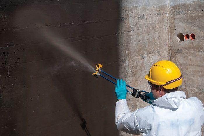 Hlavná výhoda stierkových izolačných materiálov spočíva v ich ľahkej a rýchlej aplikácii, môžu sa nanášať na neupravený a nevyzretý betón.