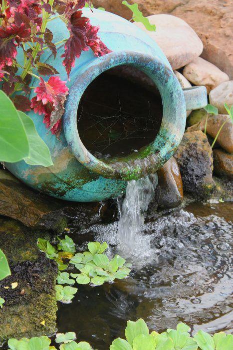 Žblnkotajúca voda vnáša do záhrady harmóniu, nabáda k meditovaniu a zároveň osviežuje. Na vodný prvok by sa malo nájsť miesto aj v tej najmenšej záhrade. Podoba takéhoto malého prameniska dokazuje, že nie vždy treba všetko rozbité hneď vyhadzovať.