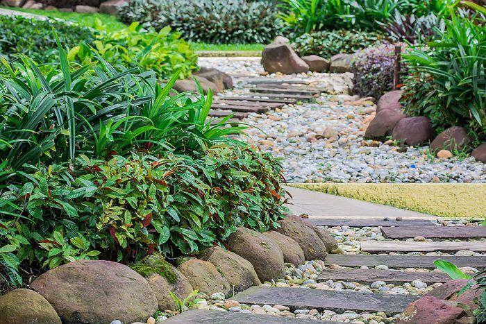 Kamene patria do záhrady, pôsobia v nej prirodzene. Načo brániť v rozmáhaní vysadeným rastlinám nevkusnými a drahými obrubníkmi? Kamene sú lepšou voľbou.