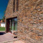 Miera moderného detailu v použití kameňa sa dopĺňa s jeho tradičným využitím. V kontexte obce nie je ničím nezvyčajným.