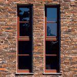 Kamenná primurovka napodobňuje murivo prítomné v okolí. Pri návrhu úzkych okien sa architektka inšpirovala vetracími otvormi, ktoré sa používali na stodolách.