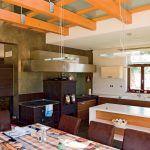 Zaujímavý efekt prináša interiér jedálne – je totiž čiastočne navrhnutá bez stropu, otvorená do krovu stavby a doplnená sklenenou lávkou.