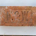 Spôsoby označovania tehál boli rôzne. Najčastejšie je jednoduché označenie, niekedy až primitívne s jedno- a viacpísmenovými iniciálami výrobcu, majiteľa tehelne, názvu tehelne a pod.