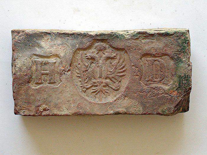 433db57a4 Medzi najkrajšie exempláre zbierky patria tehly s obrázkami alebo s rôznymi  symbolmi.