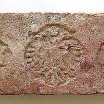 Medzi najkrajšie exempláre zbierky patria tehly s obrázkami alebo s rôznymi symbolmi.