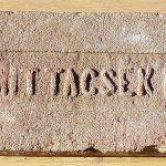 Kvalitatívne iné sú označenia s celým menom majiteľa, prípadne tehelne, v ktorej výrobok vznikol.