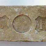 Niektoré iniciály bývajú doplnené obrázkami, prípadne rokom výroby