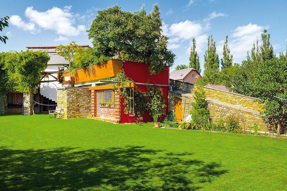 Dom, spredu nízky, nenápadný, naberá svoj objem až rotundou a spodným podlažím vystupujúcim zo svahu do záhrady za domom.