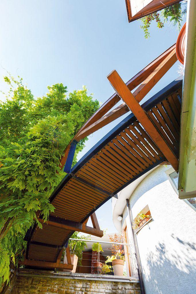 """""""Architektonický koncept? Dom ako žardiniéra. Taký dom má zmysel spolu so zeleňou. Až po 16 rokoch od kolaudácie sme sa rozhodli dom publikovať, hoci okolo rotundy domu stále ešte celkom nedorástli popínavé rastliny."""""""