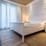 Romantiku umocňuje falošný kozub oproti posteli s keramickými uhlíkmi, ktoré nikdy nezhoria.