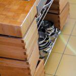 """Premyslená kuchyňa má vychytávky typu obojstranne vyťahovacích zásuviek, """"šuflíkových nôh"""" na jedálenskom stole, odklápacích schodiskových stupňov s úložným priestorom, umývačky riadu s roletou, ktorá všetko skryje a najmä je všetko remeselne vyhotovené na mieru."""