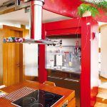 Postupne sa v interiéri zabývali, najprv nábytkom z pôvodného bytu, potom vo vrchnom podlaží rotundy namieru zhotovenou kuchyňou, jedálňou a obývačkou.