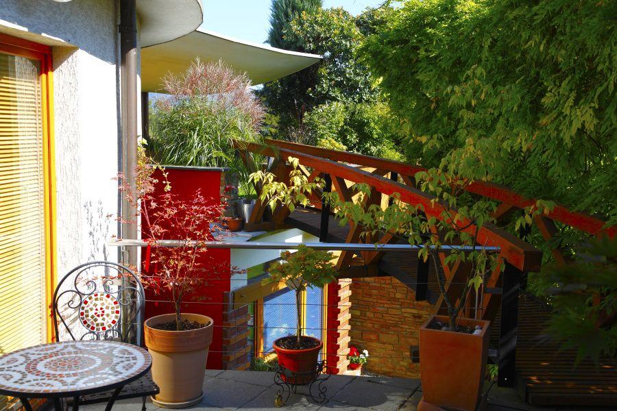 Dom so zatrávnenou terasou na streche