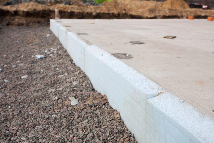 Dosky z extrudovaného polystyrénu sú ideálne ako tepelná izolácia vonkajších stien suterénneho muriva v kontakte so zeminou.