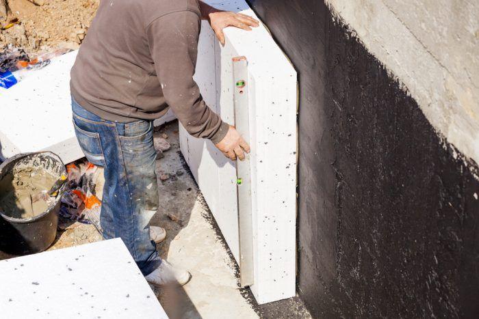 Tepelnoizolačné dosky pripevňujeme na steny suterénu napríklad bezrozpúšťadlovými lepidlami.