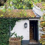 Aj schátraný záhradný domček sa dočkal kompletnej obnovy. Dnes je obľúbeným miestom na siestu, kde je v lete tieň a kam sa možno ukryť pred nečakanou letnou búrkou.