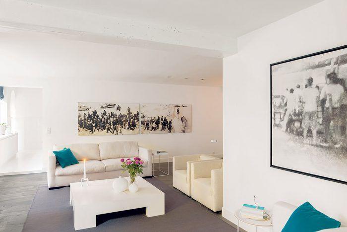 V obývačke skombinovali pôvodné prvky s novými v duchu základnej idey jednoduchosti, čistého priestoru a prevahy bielej farby. Celok doladili niekoľkými tyrkysovými detailmi a čiernobielymi dobovými fotografiami.