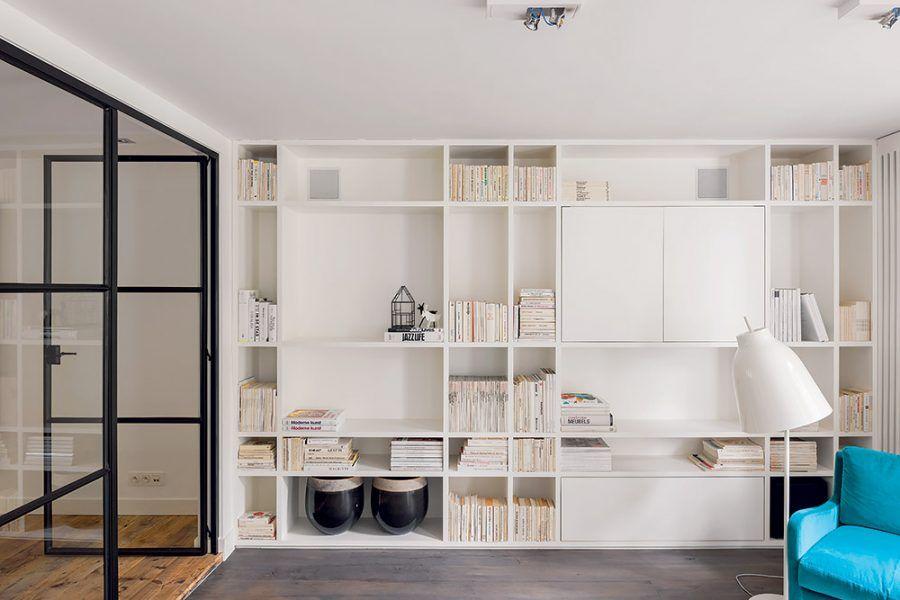 Spoľahlivá trojica. Farebným základom všetkých interiérov v dome je kombinácia bielej, dreva a niekoľkých čiernych detailov, v obývačke oživuje pokojnú farebnosť aj kontrastná tyrkysová.