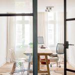 V pracovni zaujme okrem masívneho dreva aj ďalší prírodný materiál – hovädzia kožušina na zemi. Drevený stôl navrhol Eddy Boerjan, stoličky sú klasikou z dizajnérskej dielne manželov Eamesovcov.