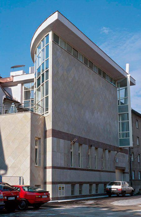 Banka v Banskej Bystrici. Architekt Somora využil princíp, na základe ktorého do seba zabudoval dve hmoty. Prvá hmota je založená na klasickom tvarovom ponímaní a tvorí administratívnu časť. Druhá, symbolizuje dynamickú časť banky vo forme preskleného hranola slúži klientom.