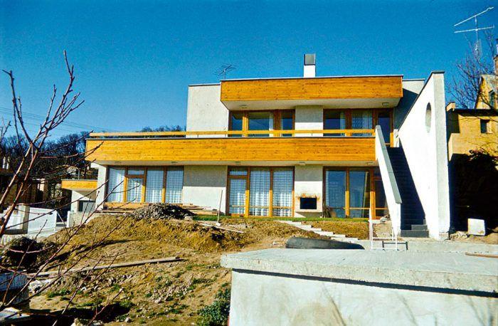 Rodinný dom hudobného majstra Bohdana Varchala. Možnosť robiť tento rodinný dom bola pre architekta Somoru veľkou poctou. Musel vyriešiť špeciálne požiadavky na akustiku. Pomocou odsúvacích stien možno celý dom pootvárať tak, aby fungoval ako rezonátor.