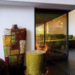 Teplo sa privádza kozubom a podlahovým kúrením, ktoré nenarúša vzhľad interiéru.