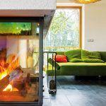 """Stredobodom interiéru sú prírodné živly – oheň i voda sú prítomné, rovnako ako obraz úrodnej zeme a čistého vzduchu. Na kozub vidno z každého miesta obytného priestoru, dokonca aj zo spálne."""""""