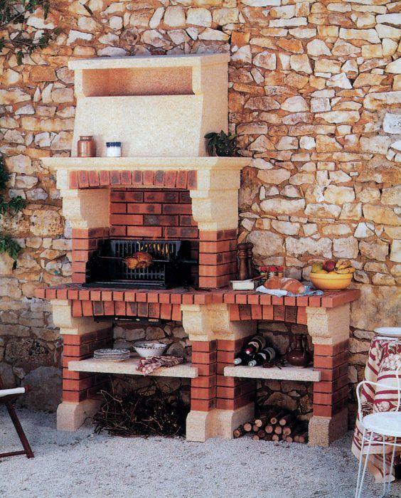 Vymurovaný záhradný kozub kombinovaný s prefabrikovanými časťami umiestnený na kamennej stene je jednoduchý a vyzerá efektne.