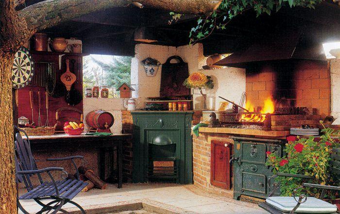 Murovaný kozub môže byť súčasťou kompletnej záhradnej kuchyne.