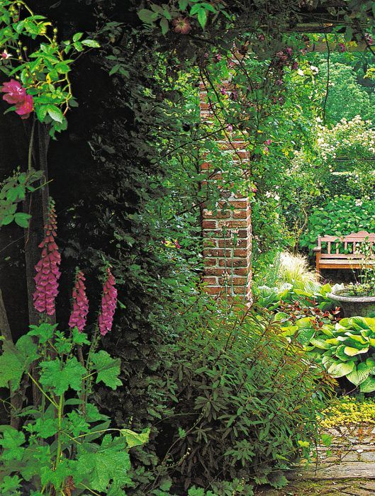 Ideálne je umiestniť záhradný kozub tak, aby teplo vychádzajúce z ohniska ohrievalo stenu domu, pri ktorej sú lavice alebo pohodlné sedačky.