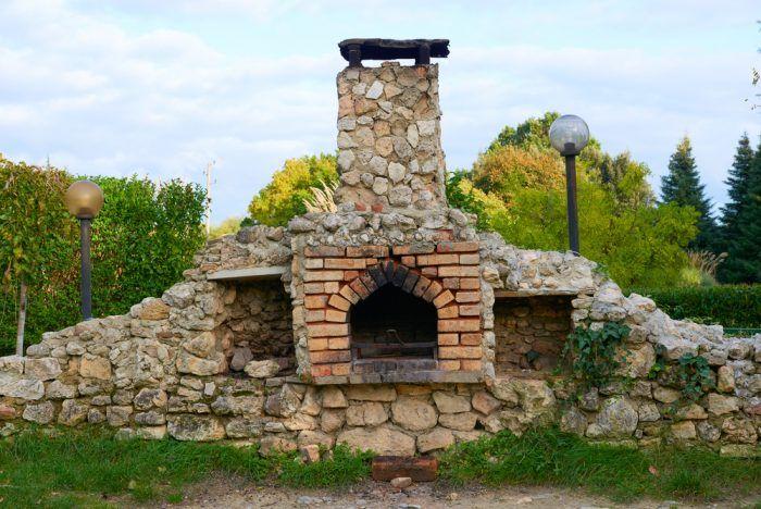 Efektne vyzerá na kozube aj kombinácia kameňa a tehly.