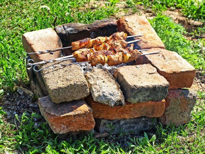 Ak nemáme záhradný gril a máme chuť na varenie v záhrade, poslúži nám aj zopár starých tehál.