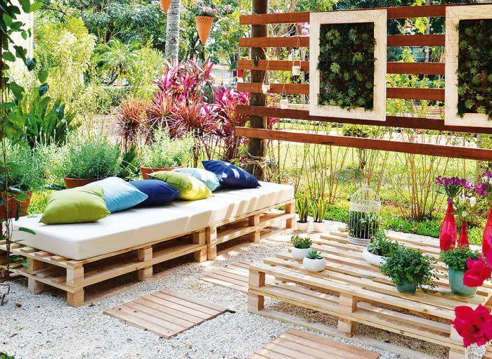 Tvárnosť paliet. Popísalo sa o nej nemálo. Palety majú široké možnosti použitia, napríklad aj pri budovaní záhradného nábytku, vegetačných stien či deliacich prvkov. Určite neplatí, že priestoru vždy vdýchnu priemyselný charakter. Stačí sa pohrať s výberom čalúnenia či vankúšov. Najjednoduchšie riešenie ponúkajú palety jednoducho naskladané na sebe a dostatočne upevnené tak, aby si zachovali stabilitu.