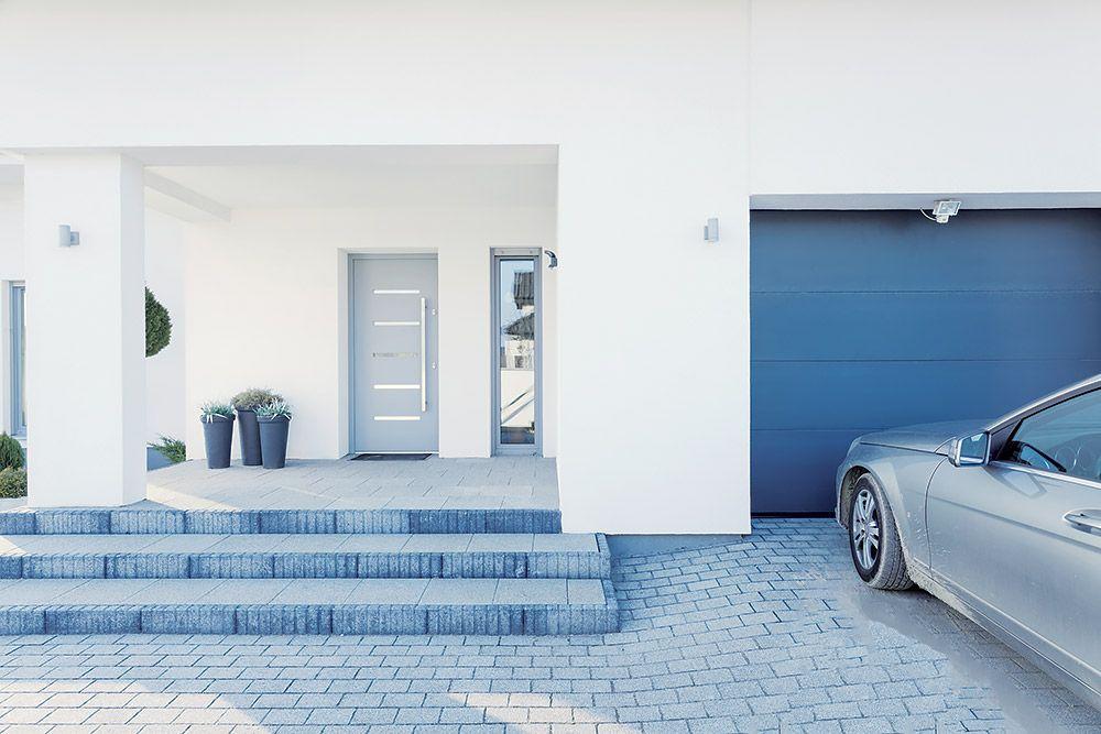 V tesnom susedstve. Garáže sú obvykle súčasťou uličnej fasády, dôležitá je preto aj estetická stránka a zladenie s domom. Z integrovanej garáže zrealizovanej v súlade so stavebnými predpismi by nemali prenikať benzínové výpary do domu, aj tak sa však odporúča, aby nesusedila s obývačkou či spálňou.